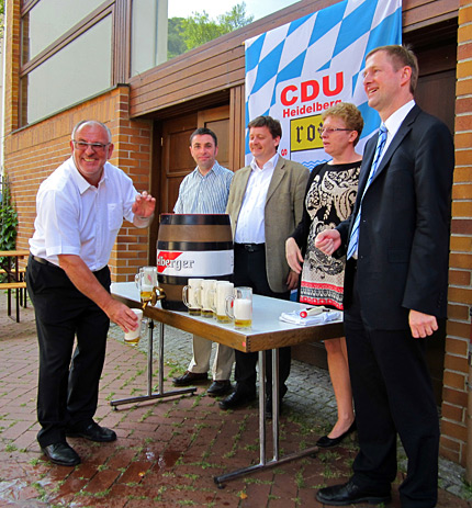 Für einen gelungenen Fassanstich sorgte MdL a.D. und Stadtrat Werner Pfisterer.